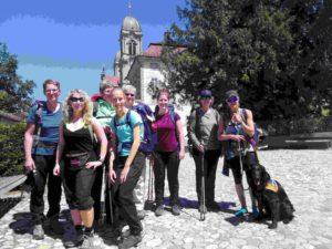Gruppenbild der Wanderinnen vor dem Kloster in Einsiedeln.