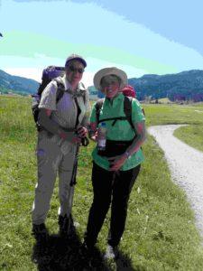 Zwei Pilgerinnen lächeln den Betrachter an.