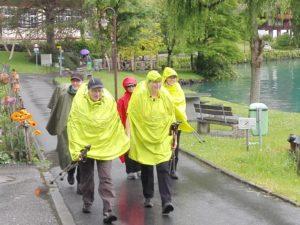 Pilgergruppe mit unterschiedlichen, bunten Regenponchos.