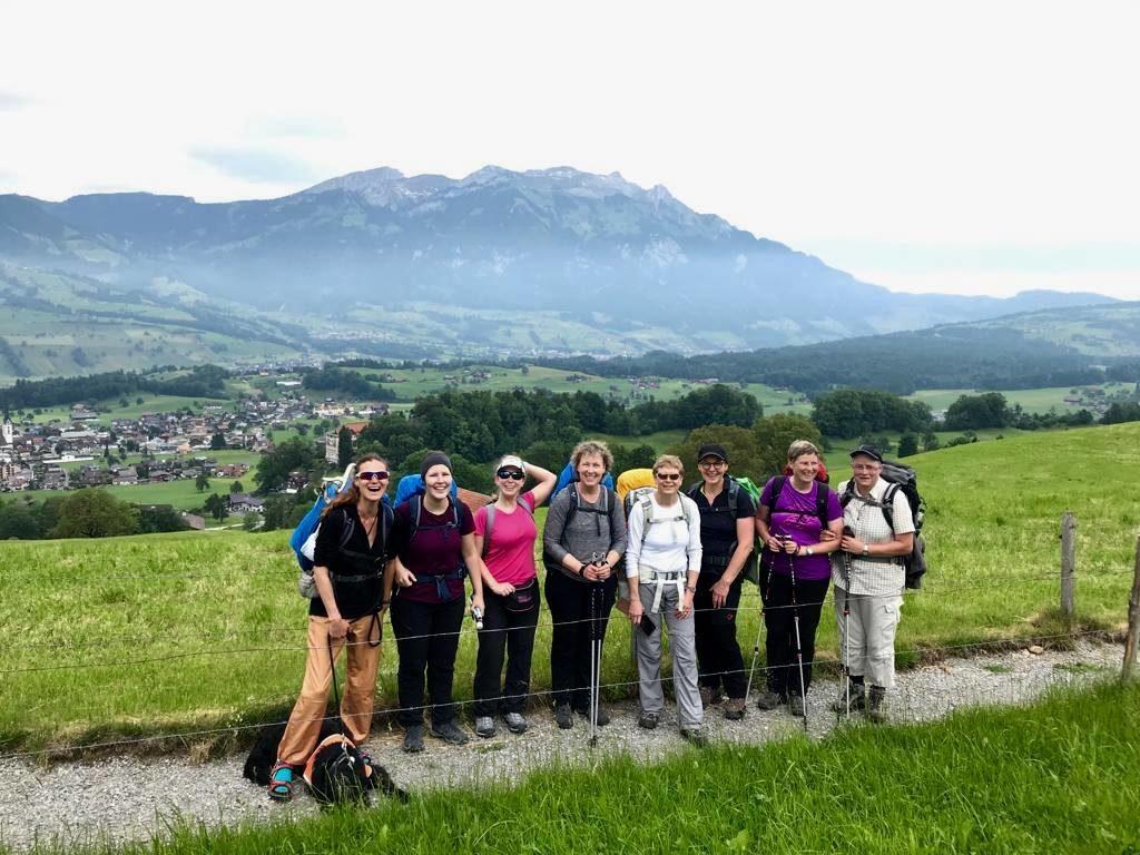 Ein Gruppenbild der Wanderinnen vor Schweizer Bergen.