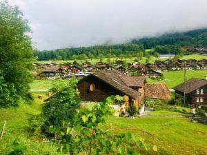 Idyllischer Blick auf ein Schweizer Dorf mit vielen urigen Häusern.