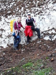 Zwei Pilgerinnen stolz vor der Lawine.