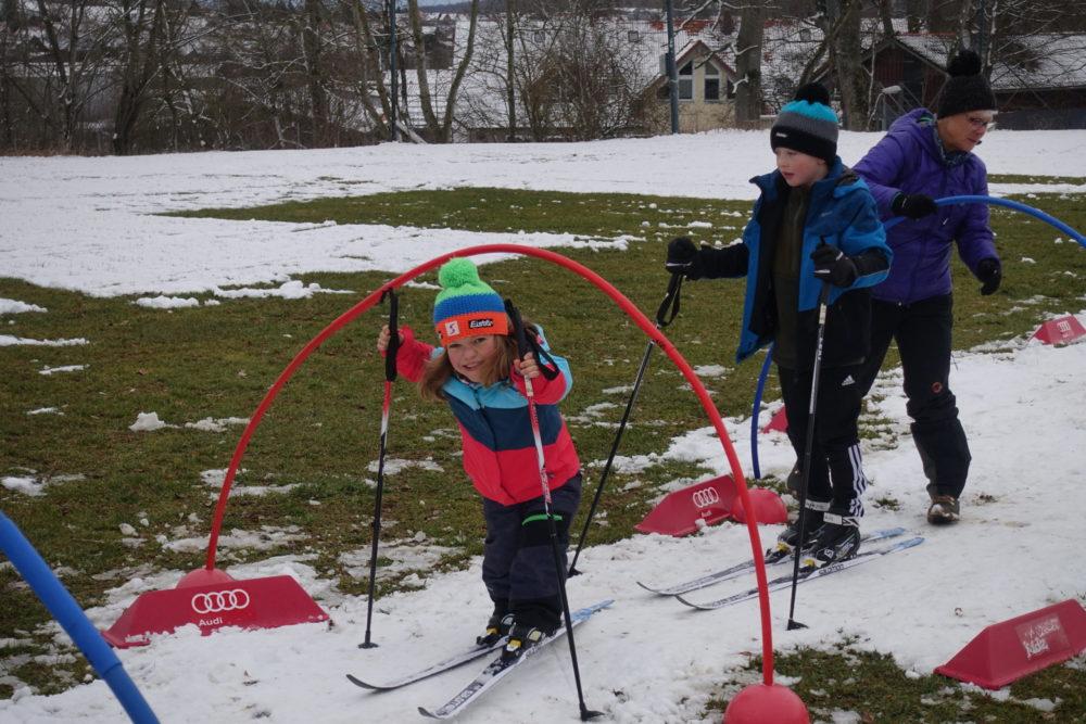 Kleinwüchsiges Mädchen auf dem Langlaufparkours.