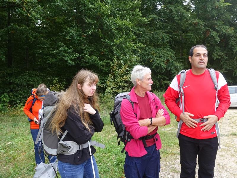 Drei Wanderteilnehmer mit Rucksäcken