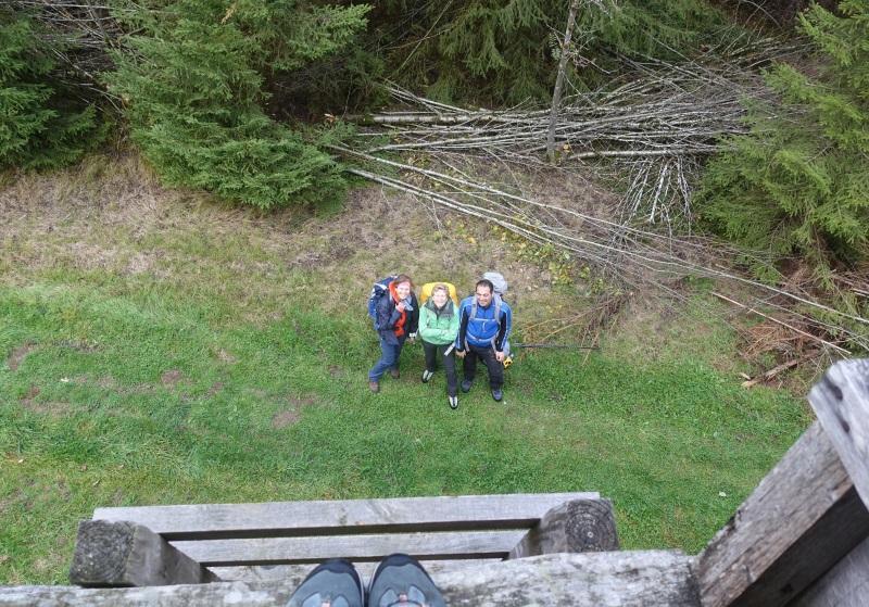 Drei winzig kleine Wanderer vom Hochstand aus fotografiert