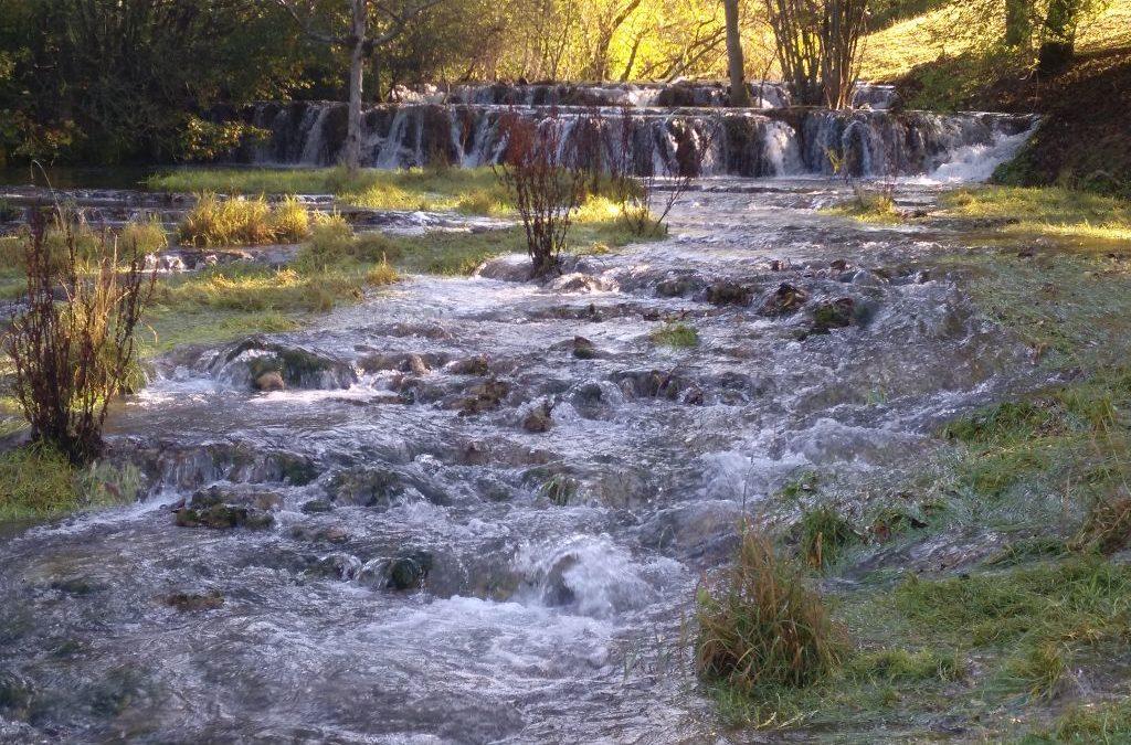 Juliwanderung: Geopark Schwäbische Alb bei Kirchheim unter Teck: Sinterterrassen der Weißen Lauter am Ende des Lenninger Tales bei Gutenberg