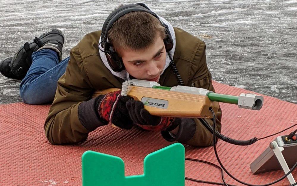 Junge zielt mit Blindengewehr