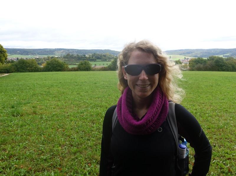 Lächelnde Wanderin vor dem mittlerweile bewachsenen Meteorkrater