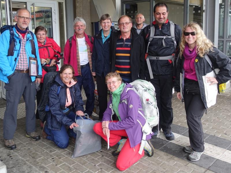 Wandergruppe am Bahnhof in Heidenheim
